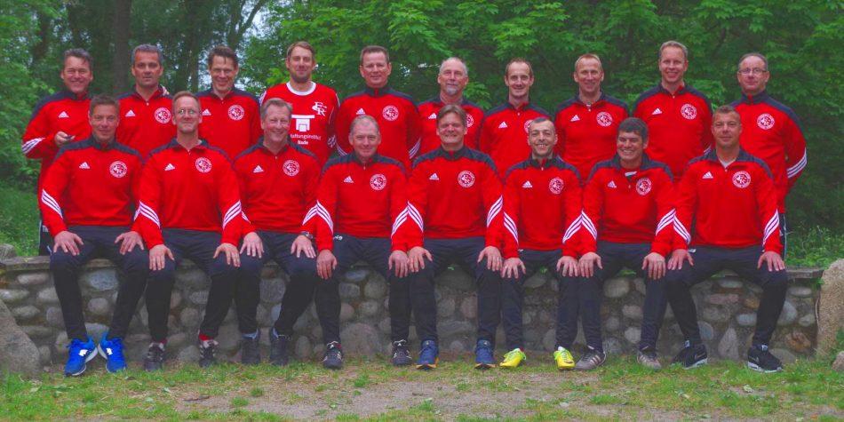 Mannschaftsfoto in den aktuellen Trainingsanzügen. Vielen Dank auch an unseren Sponsor 'Trioptics GmbH'.